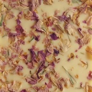 Hvid-chokolade-med-rosenblade-1