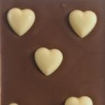 Lys-chokolade-med-hvide-hjerter
